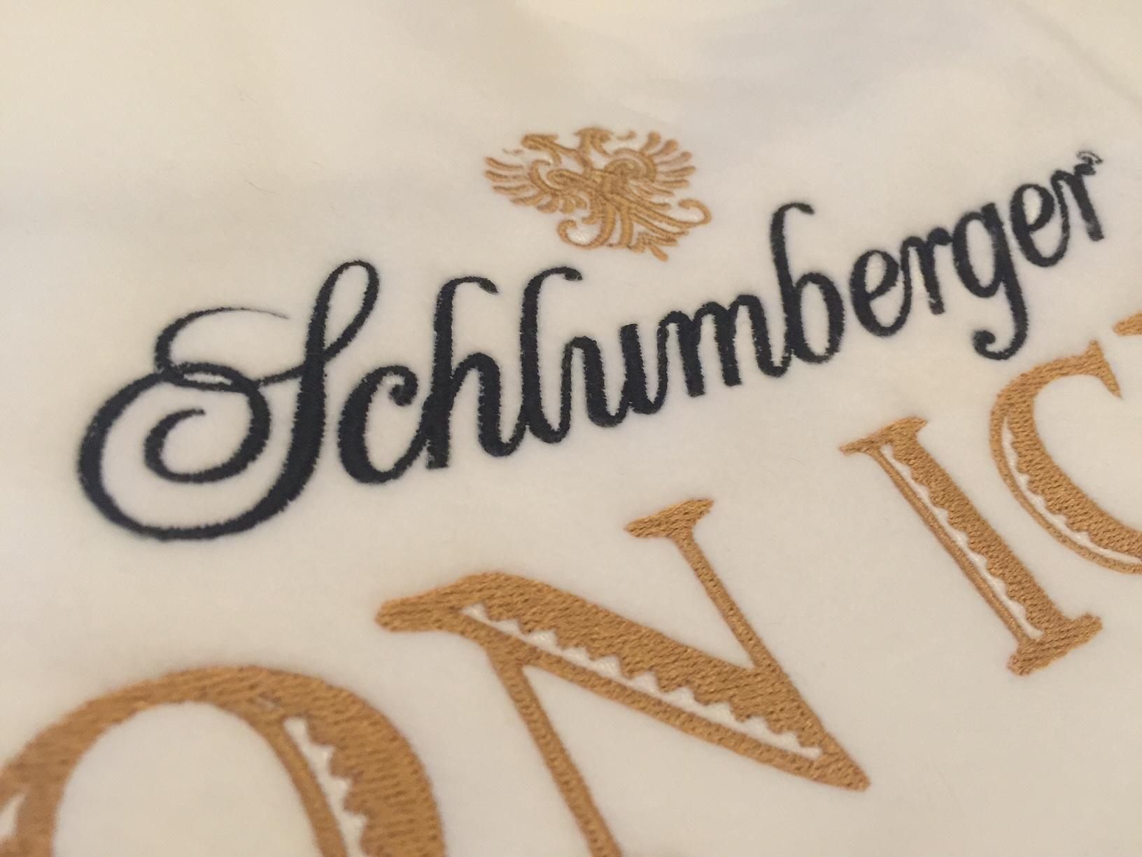 schlumberger-logo-decke-weiss-stickerei